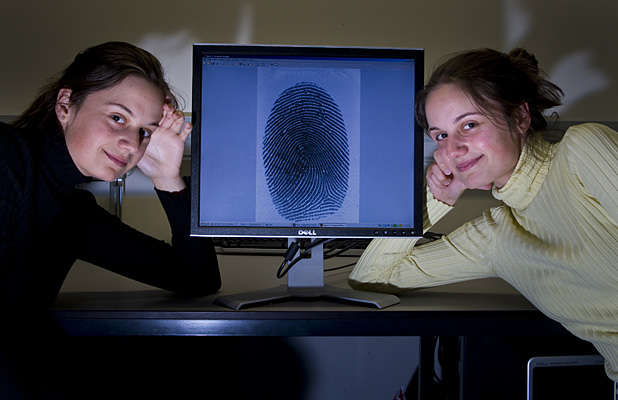 Do identical twins have identical fingerprints?