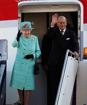 The Queen and Prince Philip arrive in Canberra.