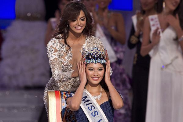 Miss World 2011, Ivian Lunasol Sarcos Colmenares of Venezuela crowns Yu Wenxia of China as the Miss World 2012 during the beauty pageant at the Ordos Stadium Arena in inner Mongolia, China.