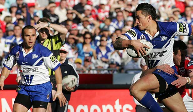 Sonny Bill Williams sets up Hazem El Masri to score a try for the Bulldogs in a match against St George Illawarra in 2006. 